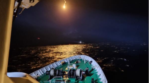 一艘中国渔船在韩国海域沉没,目前12人获救、3人失踪