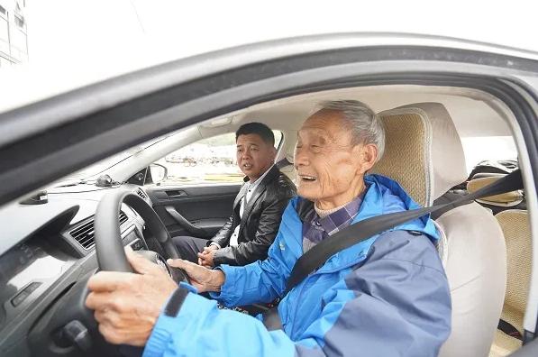 全上海最高龄!82岁老爷叔要拿驾照了!想载着10多条流浪狗去旅游!